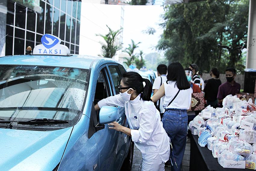 Donasi 888 Paket Sembako Kepada Pengemudi Taksi  di Senayan City