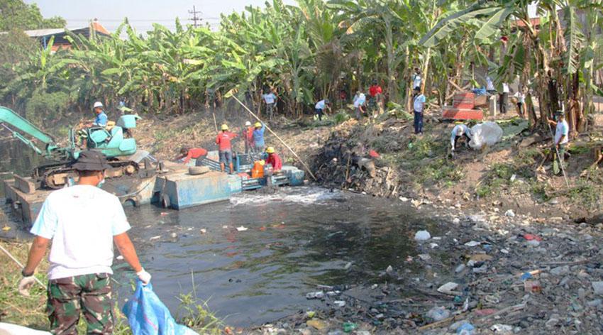 Wings Group Indonesia Bersama Pemprov JaTim Bersihkan Kali Tengah