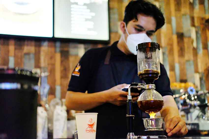 Menyelami Nikmatnya Kopi Nusantara dalam Atmosfer Laut di Sedjenak Coffee & Dive In